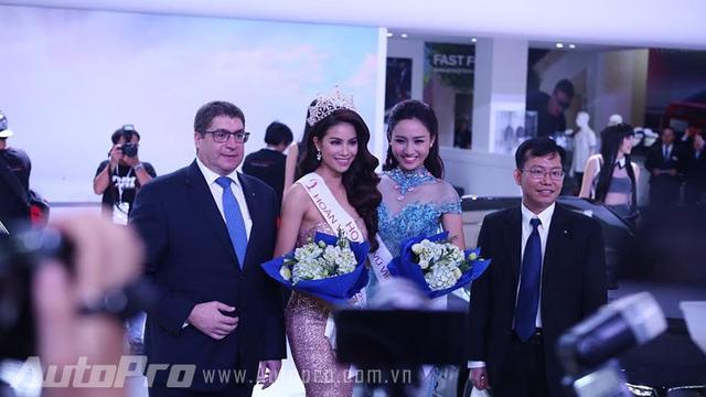HHHV 2015 - Phạm Hương cùng Á hậu Trà My ngay sau khi đăng quang cũng đến dự lễ ra mắt gian hàng BMW trong ngày đầu tiên.