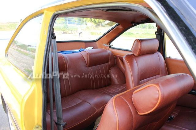 Là một chiếc coupe 2 cửa nên hàng ghế trước phải gập xuống thì người ngồi mới có thể vào hàng ghế thứ hai.