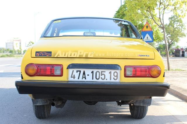 """Phần đuôi xe cũng có thay đổi nhiều, duy chỉ có đèn signal là thay mới của một chiếc xe tải 5 tạ. R100 là một chiếc thể thao dẫn động cầu sau nên chuyện """"drift"""" cũng không quá khó khăn với """"bô lão""""này."""