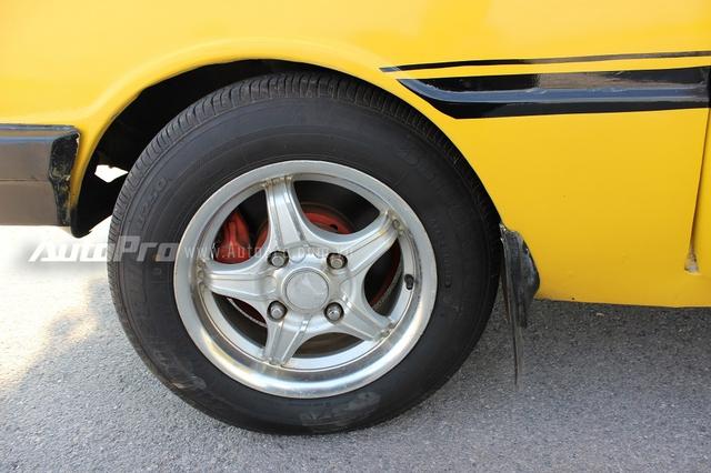 R100 được trang bị vành 12 inch, hai phanh đĩa cho bánh trước và phanh tang trống cho bánh sau.