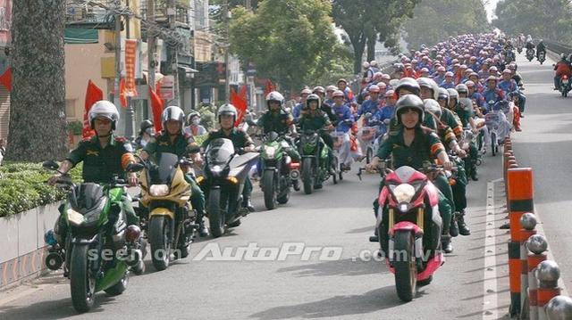 '' Thanh Tú trên chiếc nakedbike, Honda CB1000R phiên bản Hello Kitty trong đám cưới tập thể. ''