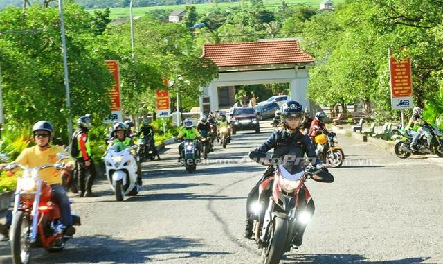 '' Nguyễn Hoài Thương cầm lái Ducati Hyperstrada trong ngày hội mô tô phân khối lớn tại Quảng Trị. ''