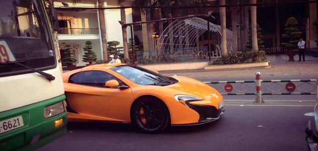 Hình ảnh chiếc McLaren 650S Spider chạy trên đường phố Sài Gòn hiện đang gây xôn xao trong giới chơi xe.