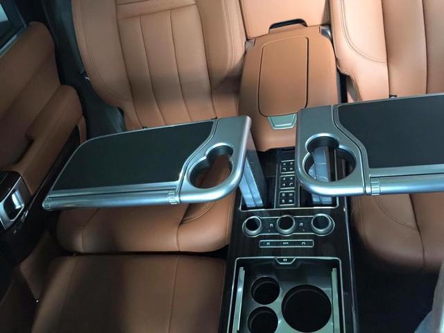 Range Rover SVAutobiography sở hữu không gian sang trọng với bàn làm việc chỉnh điện và hộc lạnh chứa đồ cho hành khách phía sau.