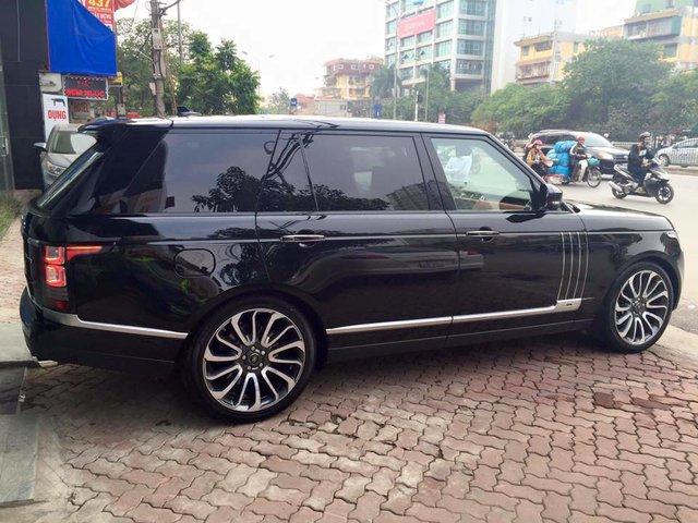 Range Rover SVAutobiography được chi nhánh Special Vehicle Operations (SVO) của Jaguar – Land Rover thiết kế. Trong đó, khách hàng có thể lựa chọn ngoại thất 2 tông màu. Phần thân trên có màu đen Santorini và thân dưới được sơn 9 màu khác biệt theo lựa chọn của khách hàng. Điều này cũng áp dụng cho cả nội thất.
