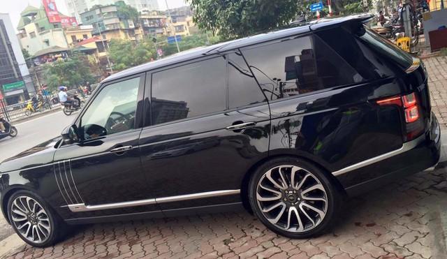 Chiếc Range Rover SVAutobiograph 2016đầu tiên xuất hiện tại Việt Nam không đi kèm tùy chọn đắt giá trên nhưng bù lại thuộc phiên bản trục cơ sở dài LWB.