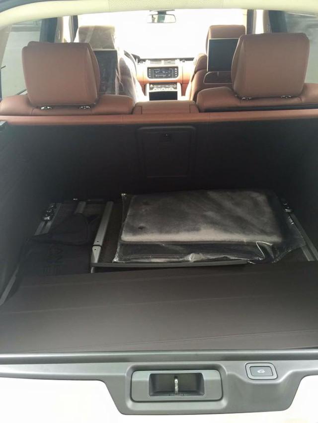 Tại thị trường Mỹ, Range Rover SVAutobiography phiên bản tiêu chuẩn có giá bán 199.495 USD. Trong khi đó, chiếc SUV siêu sang cập bến tại Việt Nam thuộc phiên bản LWB có giá bán tham khảo 10,5 tỷ Đồng.