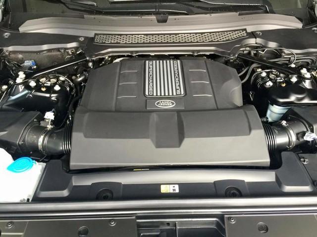 Chiếc SVAutobiographyLWB 2016 đầu tiên xuất hiện tại Việt Nam sở hữu động cơ V8, siêu nạp, dung tích 5.0 lít, sản sinh công suất tối đa 550 mã lực và mô-men xoắn cực đại 680 Nm. Nhờ đó, Range Rover SVAutobiography mất khoảng 5,5 giây để tăng tốc lên 96 km/h từ vị trí xuất phát trước khi đạt vận tốc tối đa 225 km/h.