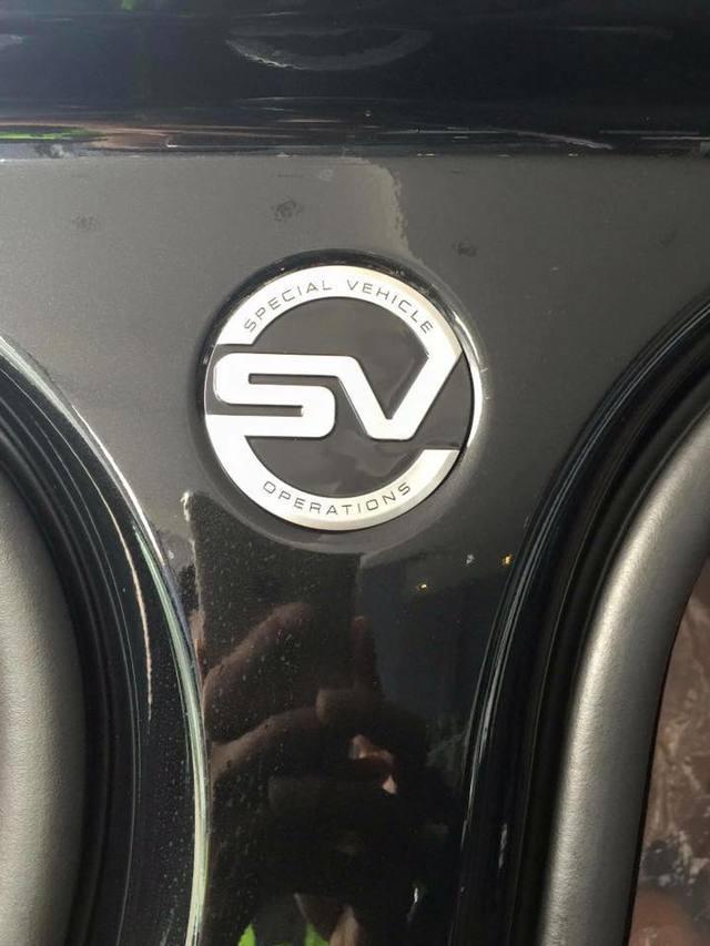 Huy hiệu Special Vehicle Operations với chữ SV làm trọng tâm xuất hiện tại điểm tiếp nối giữa cửa trước và sau. Trrong khi đó, đuôi xe có logo SVAutobiography, mang đến điểm nhận dạng dễ dàng cho chiếc Range Rover sang và mạnh nhất.