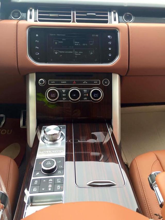 Ngoài ra, một số chi tiết được ốp gỗ mang đến nội thất đẳng cấp cho chiếc SUV siêu sang. Các chi tiết nhỏ như bàn đạp hay núm sang số bằng chất liệu nhôm đặc cũng là điểm nhấn nổi bật trong thiết kế nội thất của Range Rover SVAutobiography.