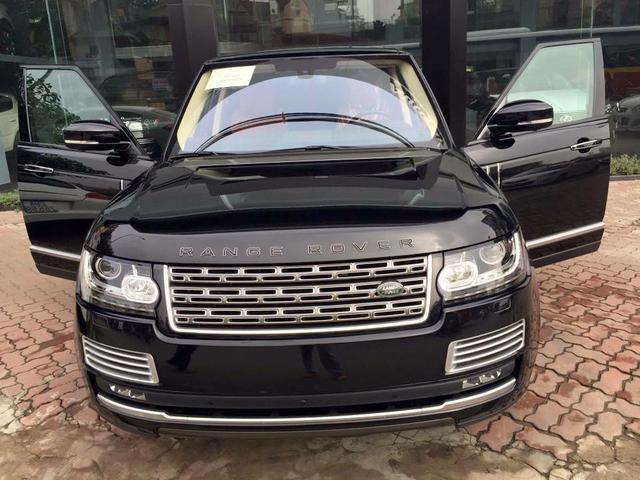 Range Rover SVAutobiography có điểm nhấn là lưới tản nhiệt mạ crôm. Ngoài ra, logo quen thuộc Range Rover trên đầu và đuôi xe không còn được mạ crôm sáng bóng như Range Rover thông thường.