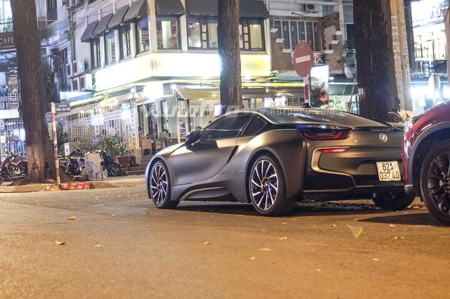 BMW i8 sở hữu động cơ 3 xi-lanh, TwinPower Turbo, dung tích 1,5 lít, sản sinh công suất tối đa 231 mã lực và mô-men xoắn cực đại 320 Nm. Động cơ kết hợp một mô-tơ điện điện có công suất tối đa 131 mã lực và mô-men xoắn cực đại 250 Nm. Như vậy, tổng công suất của BMW i8 là 362 mã lực và mô-men xoắn cực đại là 570 Nm.