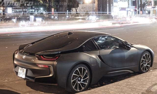 Với mô-tơ điện, BMW i8 có thể hoàn thành quãng đường dài 35 km và đạt vận tốc tối đa đạt 120 km/h. Theo BMW, thời gian để nạp đầy cụm pin Lithium-ion là khoảng 3 tiếng đối với nguồn điện thông thường. Con số tương ứng với bộ sạc nhanh BMW I Wallbox là 2 tiến đồng hồ.