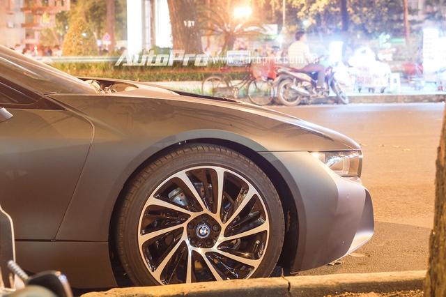 Kết hợp cả động cơ xăng và mô-tơ điện cùng hộp số tự động 6 cấp, BMW i8 có thời gian tăng tốc từ vị trí xuất phát lên 100 km/h là 4,4 giây trước khi đạt vận tốc tối đa 250 km/h.