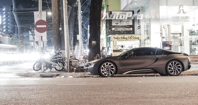 BMW i8 được giới thiệu lần đầu tiên tại triển lãm Frankfurt 2013 với thiết kế tương lai cùng khả năng vận hành và tiêu thụ nhiên liệu lý tưởng 2,1 lít /100 km. Một điểm khác giúp BMW i8 được lòng các đại gia Việt là mức giá dễ thở, vào khoảng 8 tỷ đồng khi đóng đầy đủ các loại thuế.