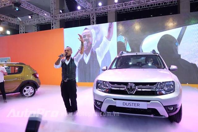 Nam ca sĩ Trần Lập với màn trình diễn của mình tại gian hàng Renault trong ngày đầu tiên của triển lãm VIMS 2015.