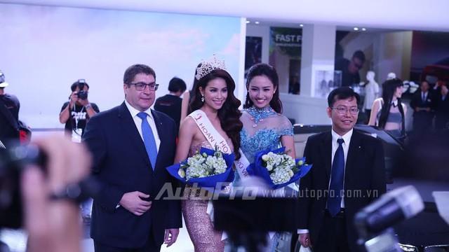 Hoa hậu và Á hậu Hoàn vũ Việt Nam 2015 chụp ảnh cùng ban lãnh đạo Euro Auto.