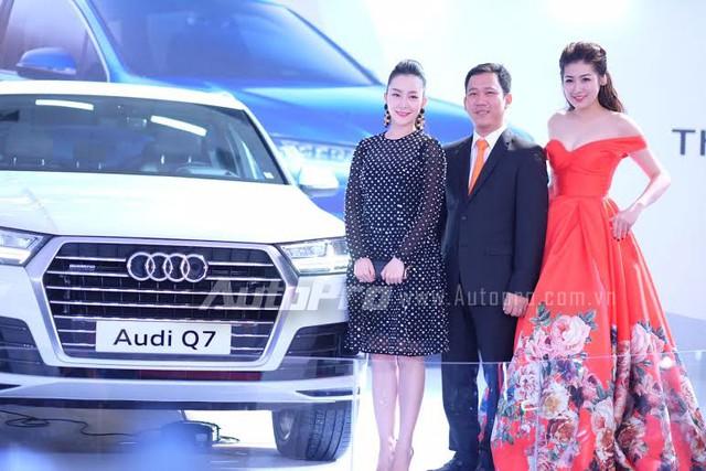 Diễn viên múa Linh Nga, á hậu Tú Anh chụp cùng Tổng giám đốc kinh doanh Audi Việt Nam bên cạnh chiếc Audi Q7 mới.