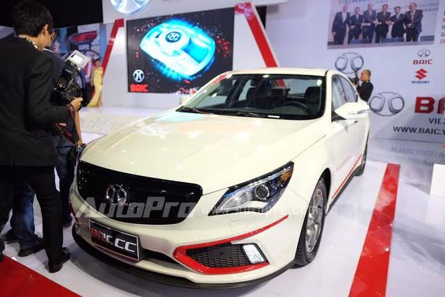 Mẫu Sedan CC trắng muốt giá mềm, sở hữu nhiều công nghệ hiện đại như lẫy chuyển số thể thao, Camera lùi, Cảm biến trước, sau, hệ thống âm thanh Bose 9 loa, cửa sổ trời...