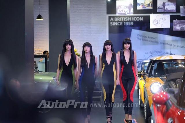 Dàn người mẫu tại gian hàng Mini