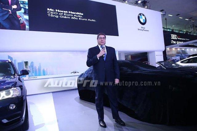 Tổng giám đốc Euto Auto phát biểu mở màn buổi trình diễn tại gian hàng BMW.