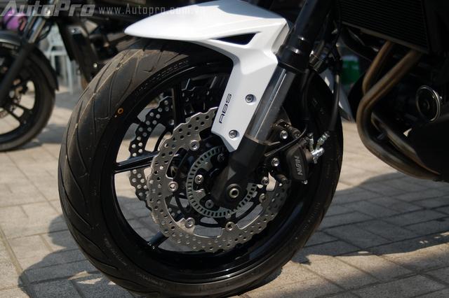 Kawasaki Versys 650 2015 được trang bịphanh đĩa kép phía trước với đường kính 300 mm và phanh đĩa đơn với đường kính 250 mm phía sau. Cả 2 đều được trang bị hệ thống chống bó cứng phanh ABS.