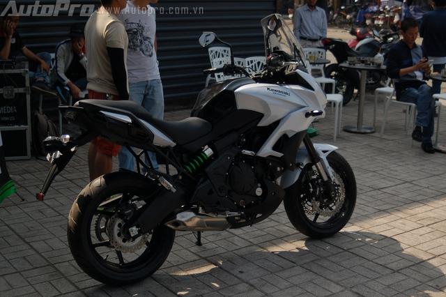 Ở thế hệ mới, Kawasaki Versys 650 trông góc cạnh và thể thao hơn. Xe được thay đổi ở một số chi tiết như bình xăng, dàn áo, hay động cơ có mô-men xoắn lớn hơn ở vòng tua thấp và trung bình.