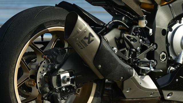 Yamaha R1 2016 bản kỷ niệm sẽ được trang bị ống xả Akrapovic.