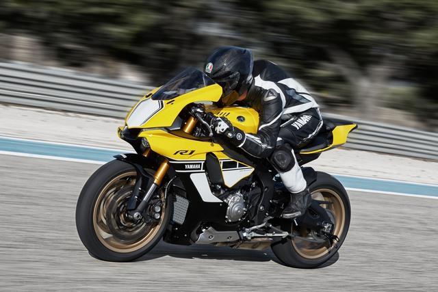 Phiên bản đặc biệt nổi bật với 3 màu sắc vàng-đen-trắng, mức giá đắt hơn bản tiêu chuẩn 500 USD.