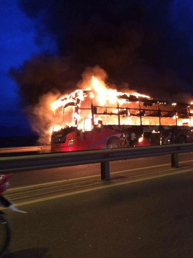 Xe khách bốc cháy khiến nhiều hành khách hoảng loạn - (Ảnh: Facebook Tam Kỳ)