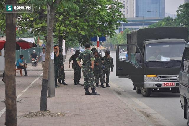 Lực lượng quân đội tiến hành kiểm tra, rà soát quanh khu vực khách sạn JW Marriott.