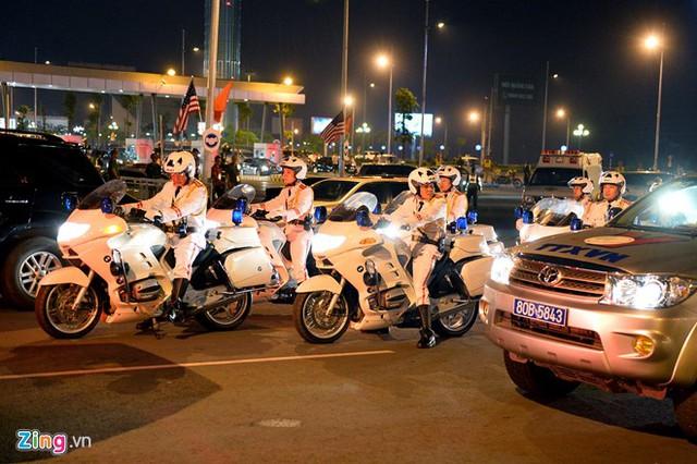 7h30 tối 22/5, đội cảnh sát dẫn đường hộ tống đoàn xe đón Tổng thống Mỹ Obama tiến vào nhà VIP A, sân bay Nội Bài (Hà Nội). Ảnh: Hoàng Hà.