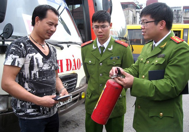 Từ6/1, lực lượng chức năng bắt đầu ra quân xử lý ôtô không trang bị bình cứu hỏa. Ảnh: Việt Đức