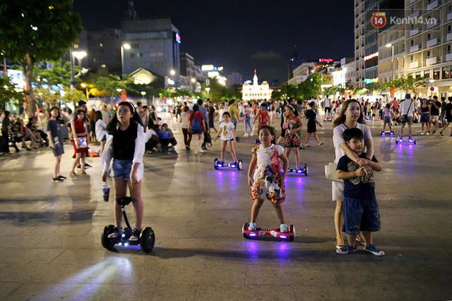 Gần một tháng nay, phong trào chơi xe điện cân bằng trên phố đi bộ Nguyễn Huệ (quận 1, TP.HCM) bỗng dưng trở thành trào lưu, thu hút nhiều người dân thành phố, nhất là giới trẻ.