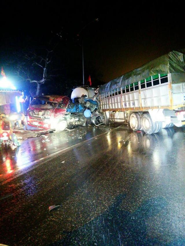 Hiện trường vụ tai nạn giữa xe bồn và ô tô tải. Ảnh: Otofun