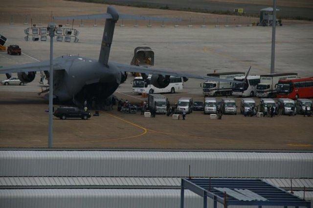 Một dãy dài ôtô do phía Mỹ thuê chờ để chở hàng và người. Chó nghiệp vụ cũng đã được phía Mỹ đưa tới TP.HCM - Ảnh: Khoa Trần
