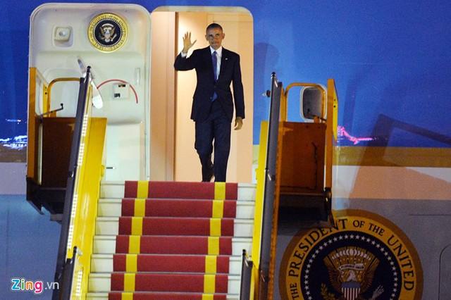 21h43, vị Tổng thống da màu xuất hiện, giơ tay chào những người đang đón tiếp mình trong tích tắc... Ảnh: Hoàng Hà.
