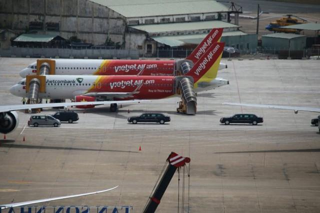Hai chiếc xe chống đạn The Beast chuyên chở Tổng thống Obama được di dời về trung tâm TP.HCM - Ảnh: Khoa Trần