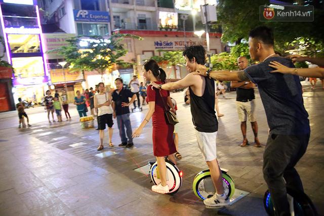 Người dân tập trung xung quanh để xem các bạn trẻ biểu diễn.
