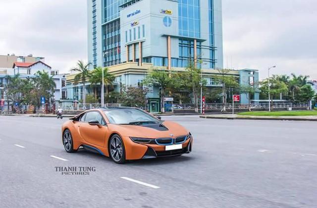 BMW i8 được trang bị động cơ 3 xy-lanh, TwinPower Turbo, dung tích 1,5 lít, sản sinh công suất tối đa 231 mã lực và mô-men xoắn cực đại 320 Nm. Động cơ kết hợp với mô-tơ điện có công suất tối đa 131 mã lực và mô-men xoắn 250 Nm. Như vậy, tổng công suất của BMW i8 là 362 mã lực và mô-men xoắn cực đại 570 Nm.