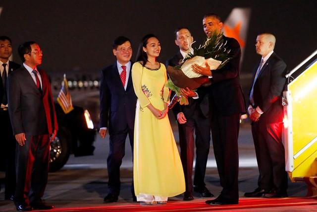 Phái đoàn ngoại giao tặng hoa cho ông và chào mừng người đứng đầu Nhà Trắng đã đến với thủ đô Hà Nội. Ảnh: Reuters.