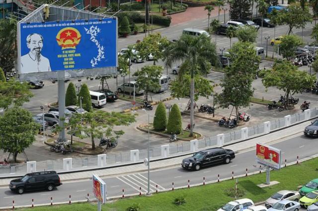 Xe The Beast chuyên chở Tổng thống Obama di chuyển trên đường phố TP.HCM đầu giờ chiều 22-5 - Ảnh: Khoa Trần