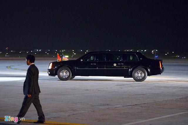 Sau khi chào hỏi, gặp gỡ những người ra đón mình ít phút, Tổng thống Obama lên chiếc Cadillac One rời khỏi sân bay Nội Bài.