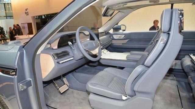 Nội thất của Lincoln Navigator Concept được bọc da cao cấp. Ghế có vẻ thoải mái và chỉnh điện không dưới 30 hướng. Nhờ đó, người ngồi có thể tìm thấy vị trí ngồi thoải mái cho bản thân.