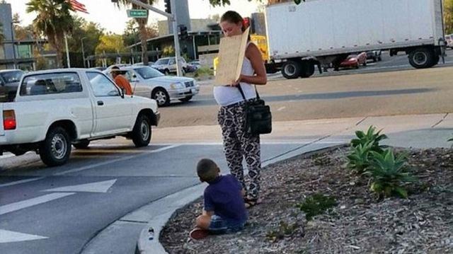 Người phụ nữ mang bầu đứng xin tiền bên đường cùng con trai trước khi bước lên xe Mercedes-Benz để đếm tiền.
