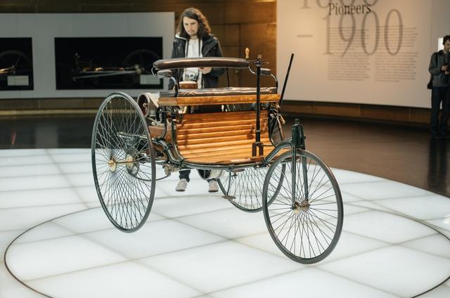 Chiếc xe Mercedes-Benz đầu tiên ra đời năm 1886 có tên gọi Benz Patent-Motorwagen