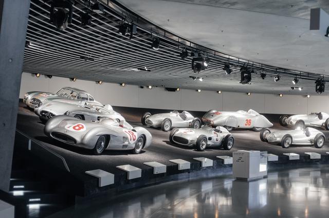 Mô phỏng lại trường đua F1 với những chiếc xe của Mercedes-Benz.
