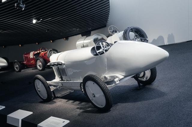 Chiếc xe Mercedes-Benz với hình dáng như viên đạn và chỉ có 1 chỗ ngồi.