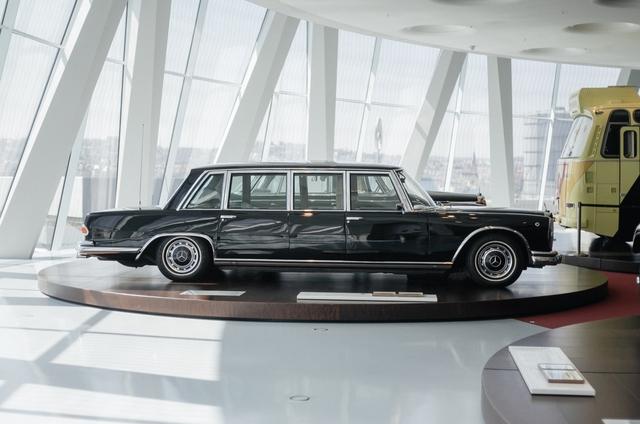 Một mẫu xe Mercedes-Benz mang kiểu dáng limousine.