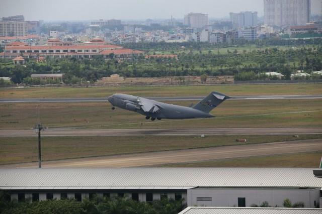 Sau khi xuống hàng, máy bay vận tải C-17 lần lượt rời khỏi sân bay Tân Sơn Nhất